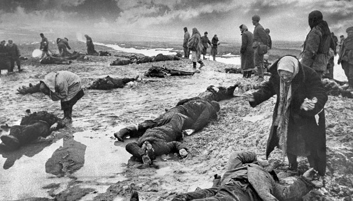 «Горе». Фотография Дмитрия Бальтерманца. 1942 год ©Фото с сайта wikipedia.org