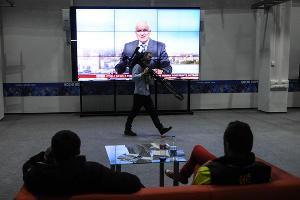 Здесь же располагается большой экран, на котором транслируют новости, соревнования и пресс-конференции ©Елена Синеок, ЮГА.ру