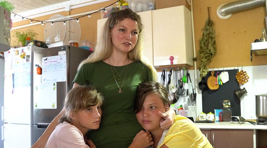 Ксения Ращупкина с приемными дочками ©Кадр из видео канала «Гезалов центр», youtube.com