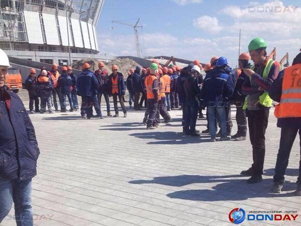 Несколько сотен рабочих на«Ростов-Арене» бастуют итребуют выплатить заработную плату, ВИДЕО