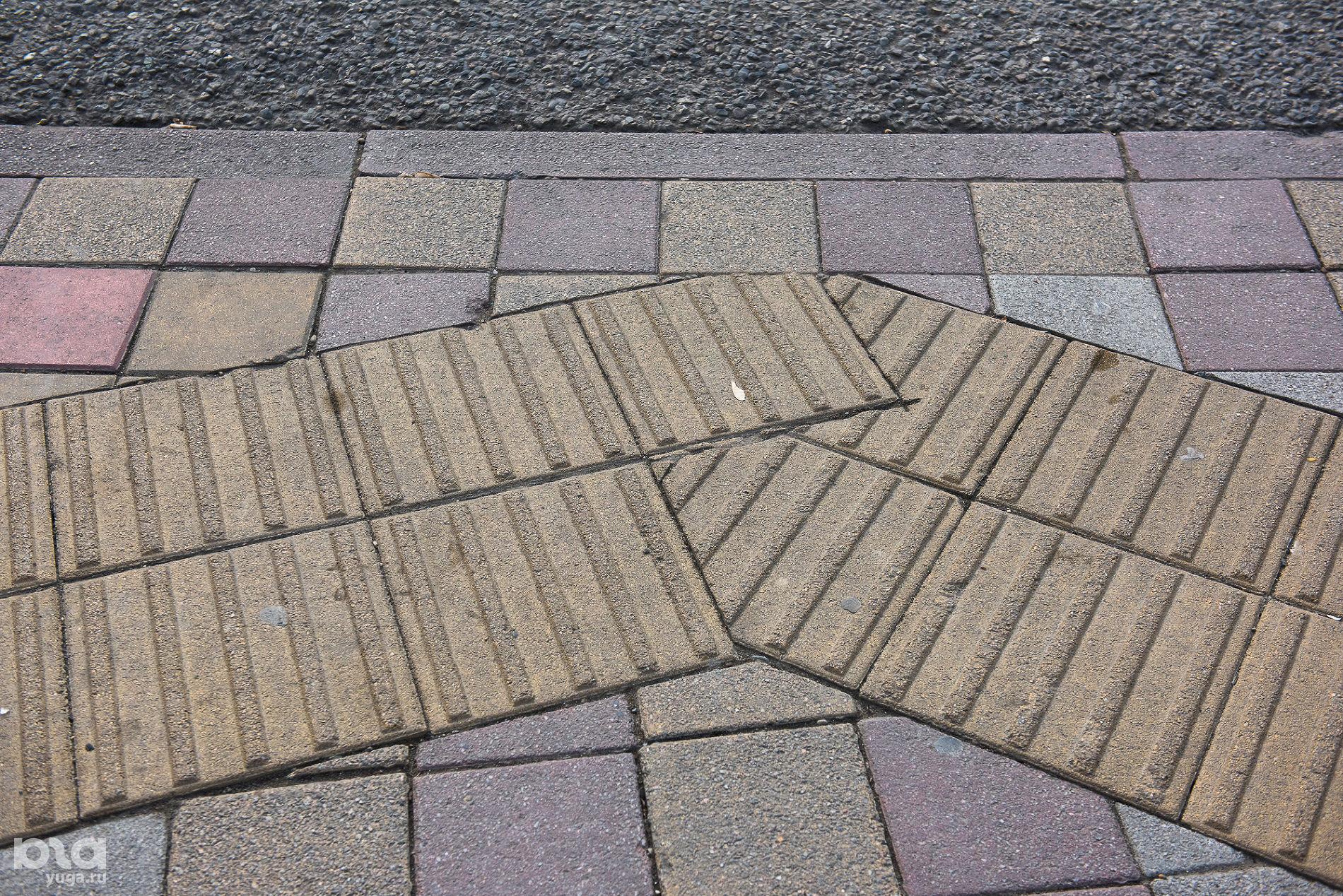 Плитка, предупреждающая об остановке перед дорогой ©Фото Елены Синеок, Юга.ру