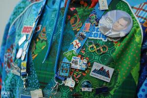 Значки на олимпиаде - практически настоящая валюта. При наличии уникального значка и должного уровня дипломатии можно даже попытаться выменять у волонтеров пресс-рюкзак. У нас получилось. Почти ©Елена Синеок, ЮГА.ру