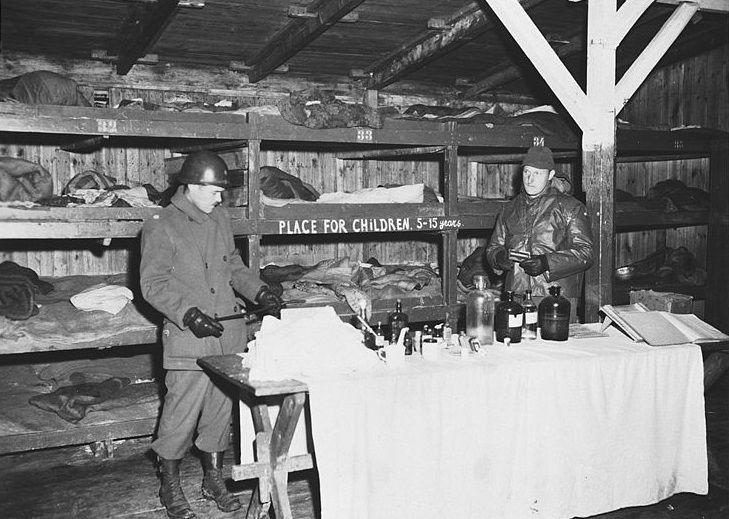 Американские солдаты в детском бараке Бухенвальда ©Фото с сайта commons.wikimedia.org