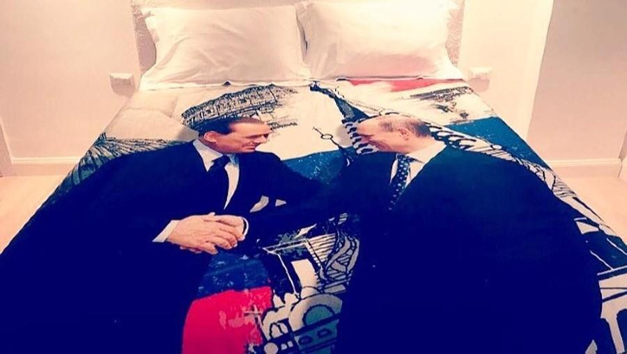 Берлускони подарил Путину пододеяльник ©Фото из аккаунта twitter.com/LaStampa