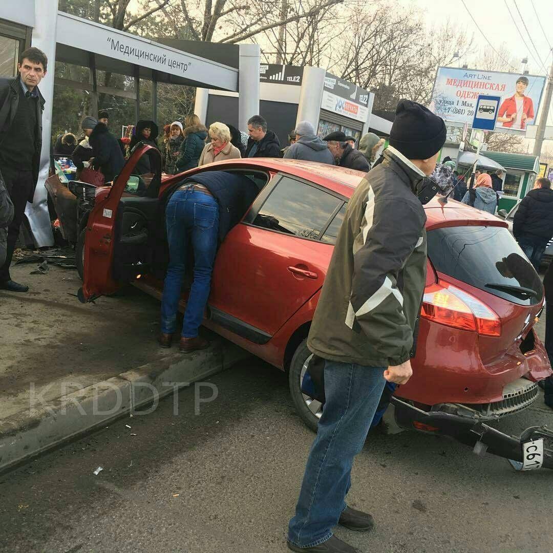 Авто врезалось востановку наулице Красных Партизан вКраснодаре