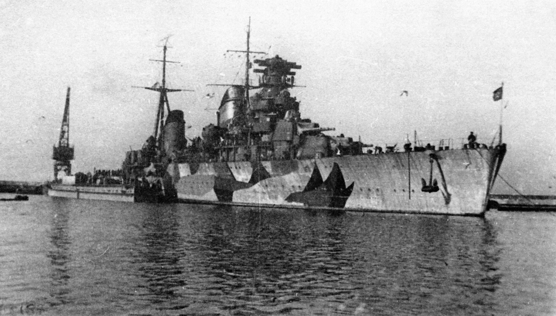 Постановка в док крейсера «Молотов» для восстановления и ремонта, 1942 год ©Фото с сайта http://waralbum.ru