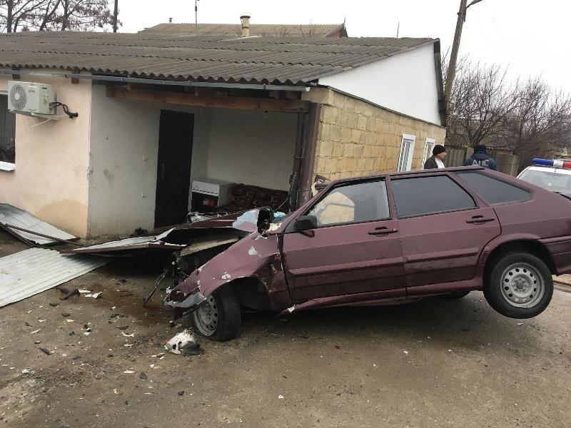 «ВАЗ» влетел взабор дома наСтаврополье, пострадал шофёр
