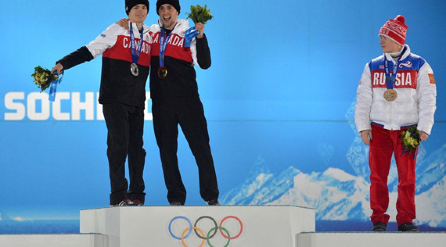 Бронзовый призер могулист Александр Смышляев на медальной церемонии ©РИА Новости