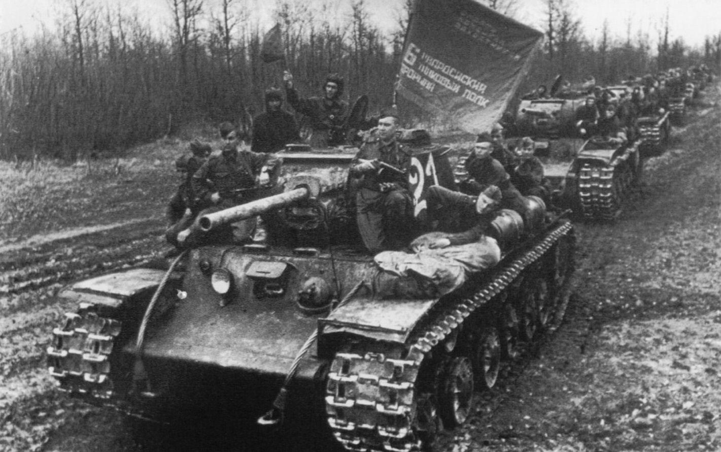 Советские танки КВ-1С перед маршем. Район Крымской, апрель 1943 года