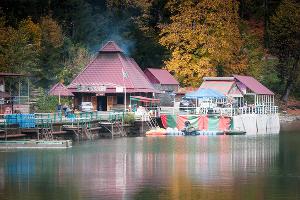 Ресторанный комплекс на озере Рица ©Елена Синеок, ЮГА.ру