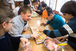 Ребята на мастер-классе по приготовлению пирожных ©Фото Елены Синеок, Юга.ру