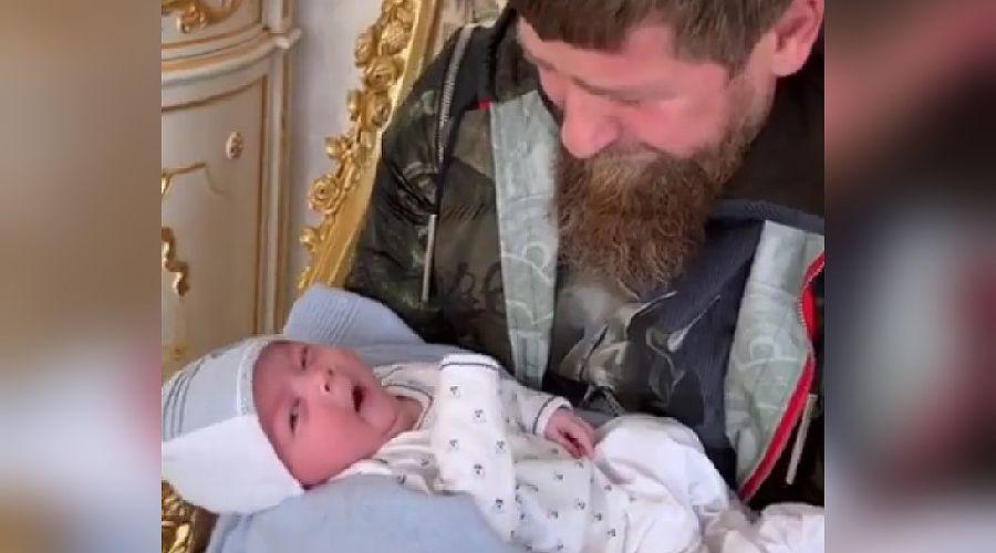 Рамзан Кадыров с внуком ©Скриншот из видео