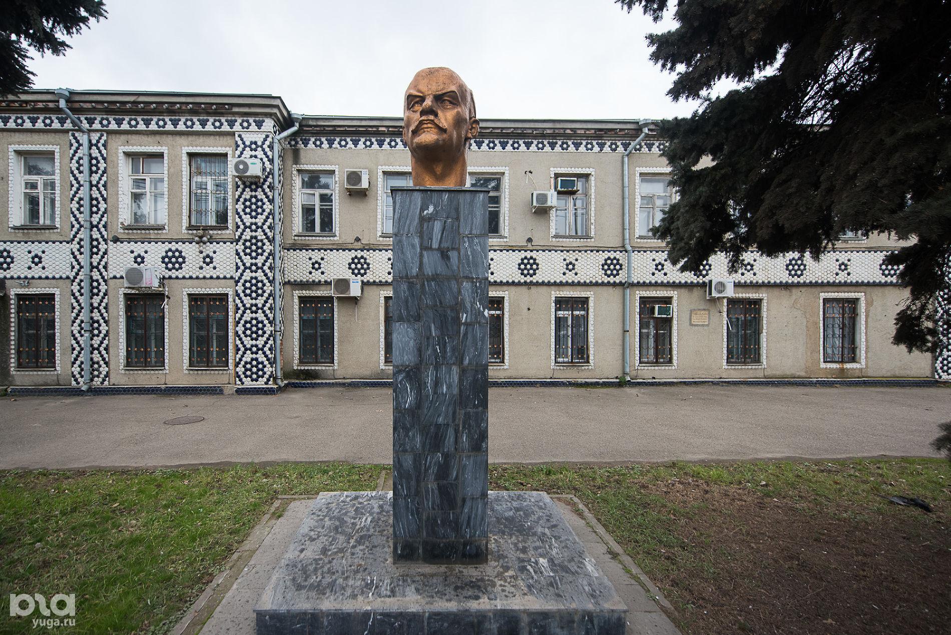 Бюст Ленина перед зданием фарфоро-фаянсового завода «Чайка» ©Фото Елены Синеок, Юга.ру