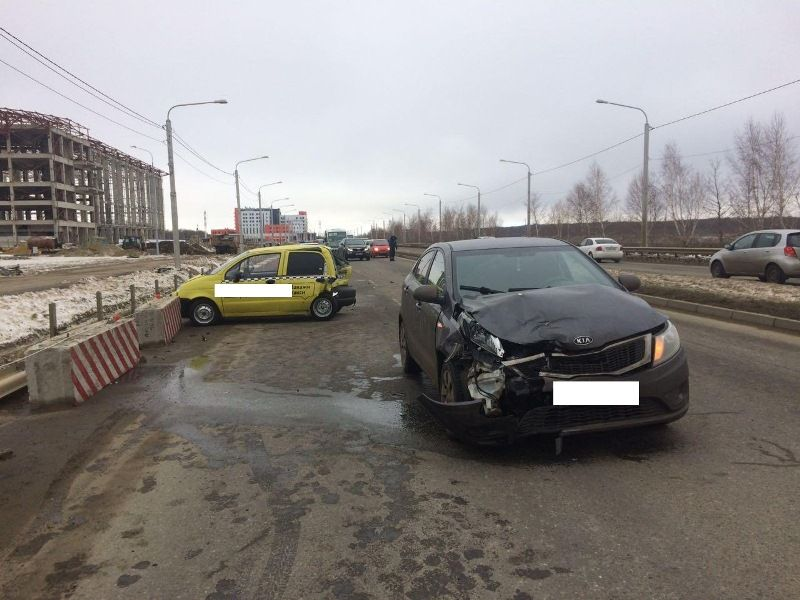 ВСтаврополе иностранная машина протаранила технически неисправный автомобиль, пострадала женщина