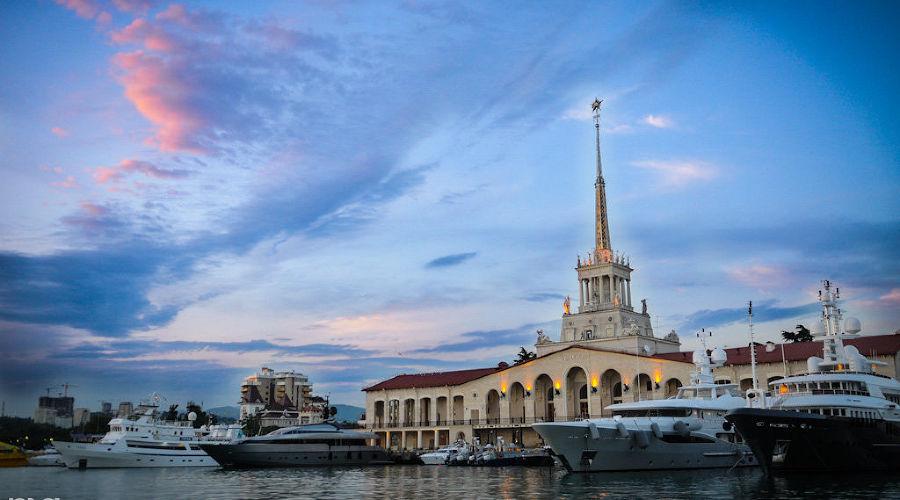 Морской вокзал Сочи ©Фото Елены Синеок, Юга.ру