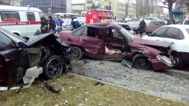 Два человека пострадали вДТП сшестью автомобилями вРостове