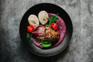 Говяжьи щечки с кремом из красной капусты и корня сельдерея ©Фотография предоставлена пресс-службой ресторана «Розмарин»