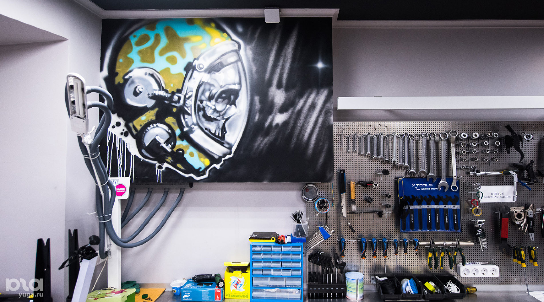 Холст Саши Maslo в магазине «Велоборд» ©Фото Елены Синеок, Юга.ру