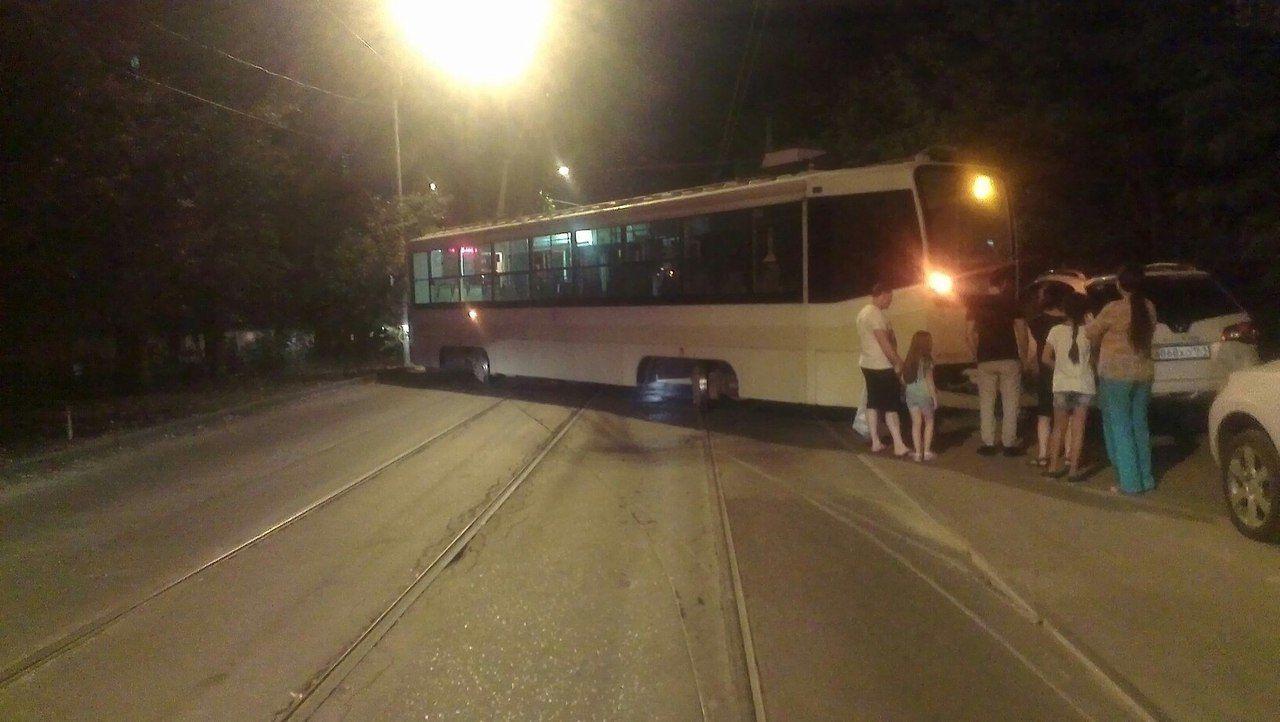 Трамвай въехал в иномарку на Крепостном