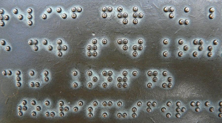 Надпись шрифтом Брайля ©Фото Hans, pixabay.com