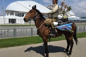 Путешественник Цзин Ли объехал на коне стадион «Фишт» в Сочи ©Фото Юга.ру