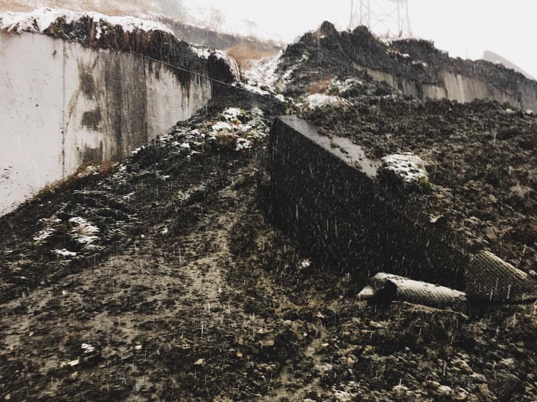 ВТуапсинском районе из-за сошедшего нажелезную дорогу селя задержалась электричка
