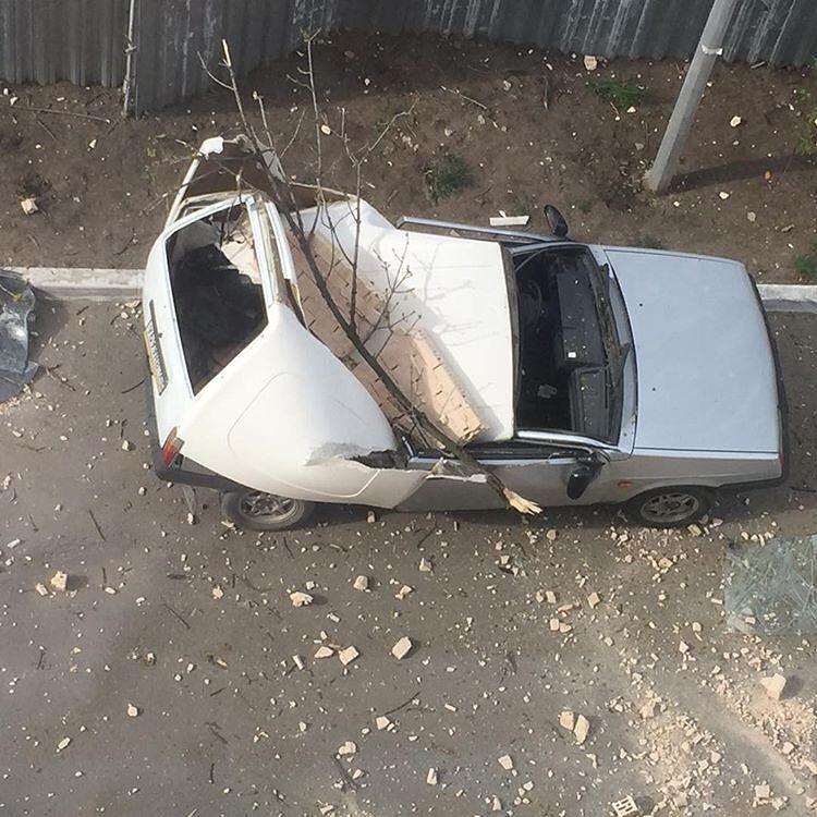 ВКраснодаре наприпаркованный около дома автомобиль упала часть балкона