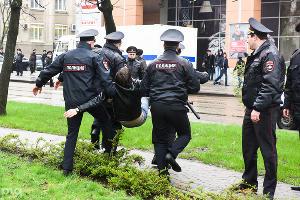 Полицейские несут участника несанкционированной акции сторонников Алексея Навального. Краснодар, 26 марта ©Фото Юга.ру