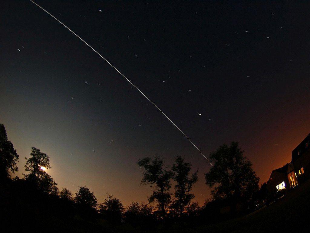 как выглядит спутник с земли ночью фото для