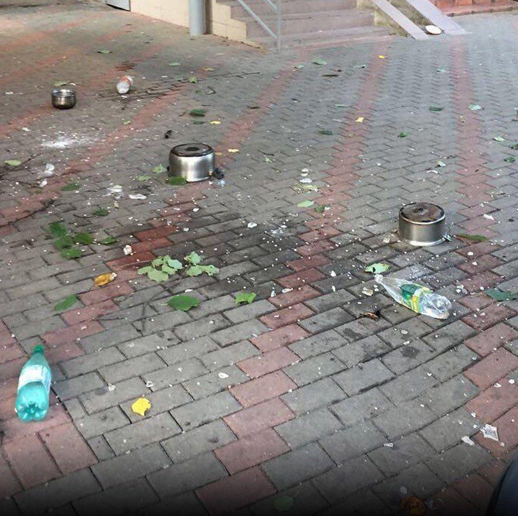 ВСочи прежний сотрудник милиции выбрасывал сбалкона хлам наприпаркованные машины