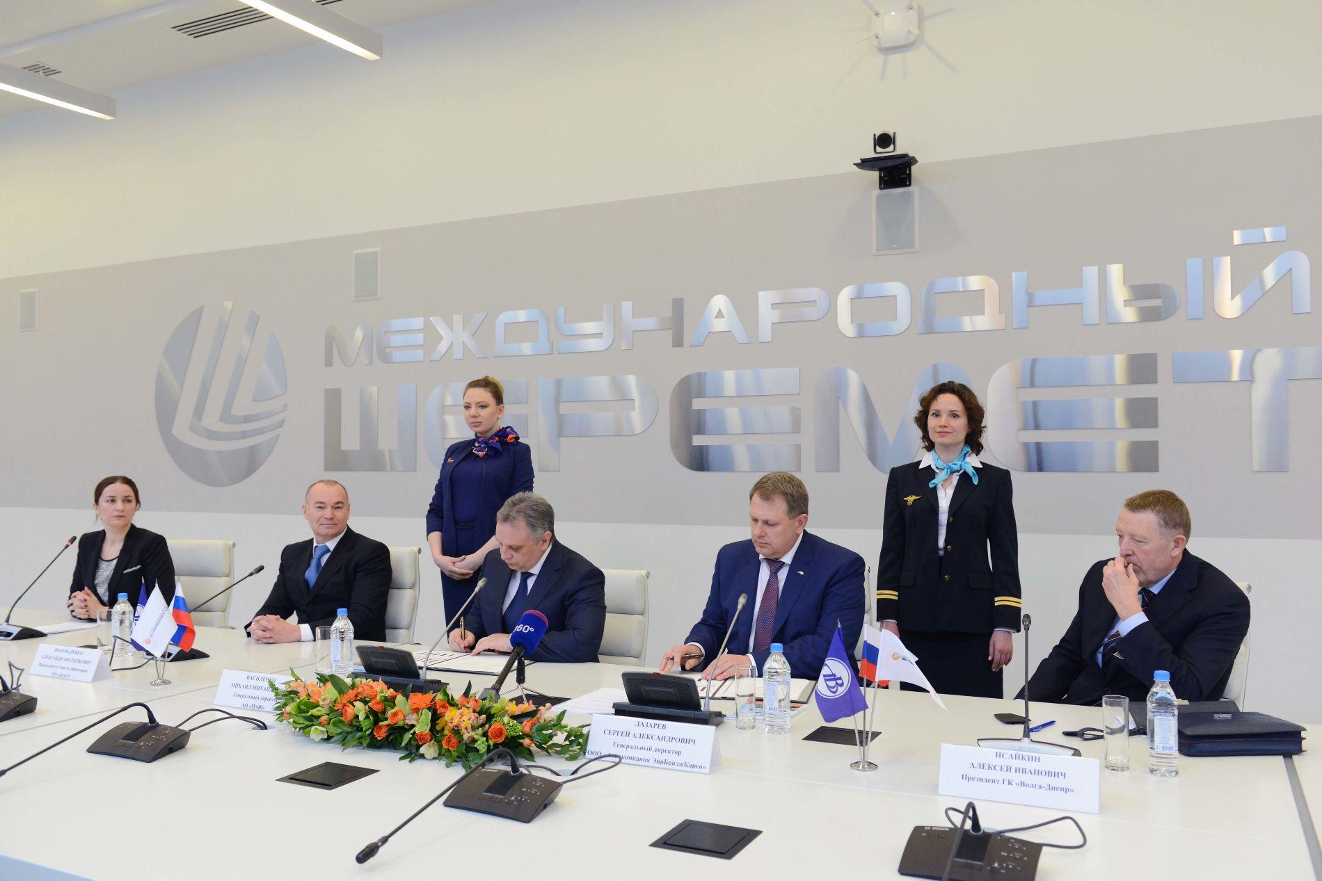 Александр Пономаренко (второй слева) на подписании соглашения о долгосрочном сотрудничестве между АО «Международный аэропорт Шереметьево» и ГК «Волга-Днепр» 16 апреля 2016 года ©Изображение предоставлено пресс-службой АО «Международный аэропорт Шереметьево»