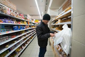 Женя самостоятельно покупает продукты в магазине ©Фото Елены Синеок, Юга.ру