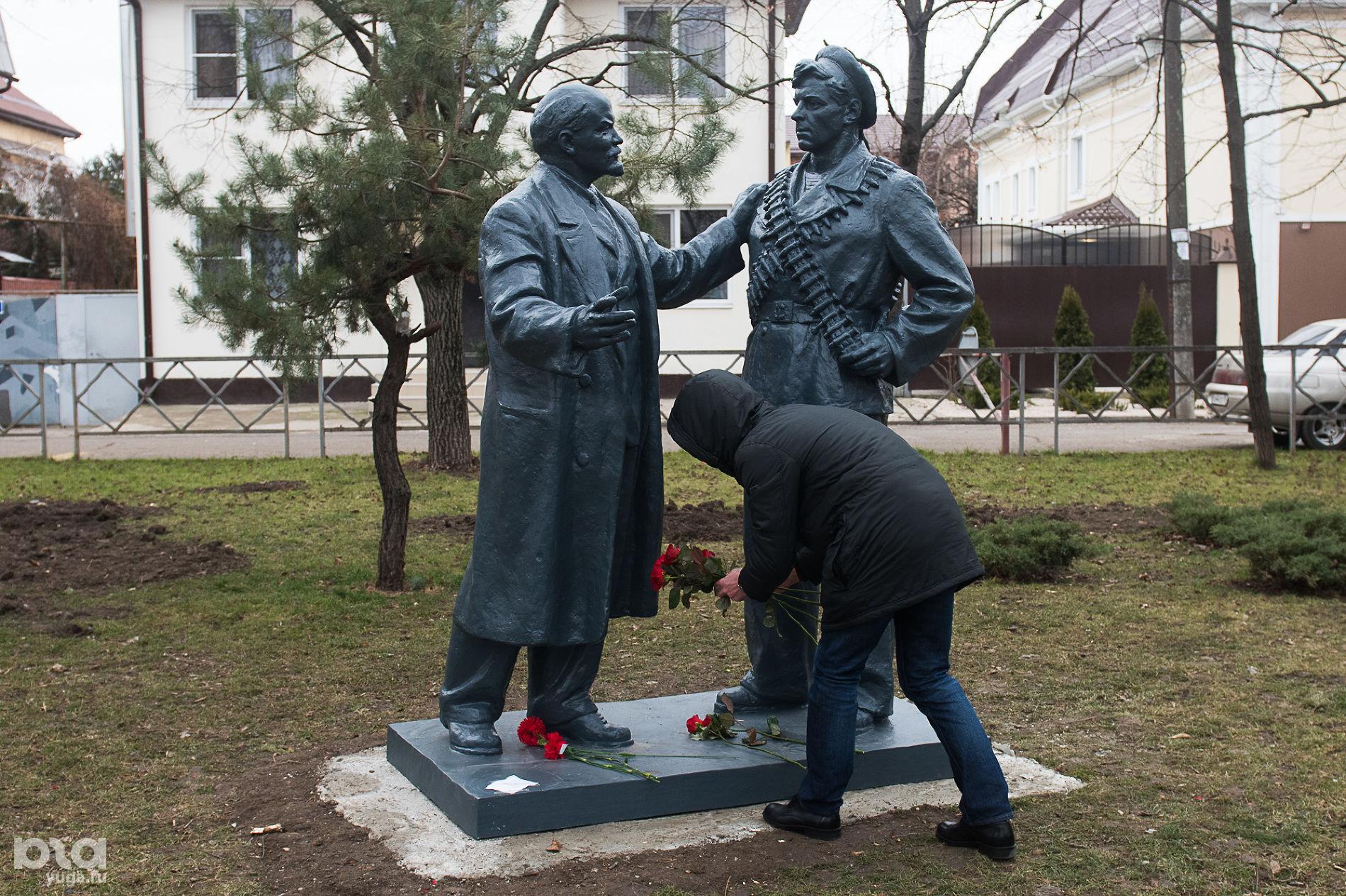 Памятник «В. И. Ленин говорит с матросом» в сквере на пересечении улиц Ленина и Суворова ©Фото Елены Синеок, Юга.ру