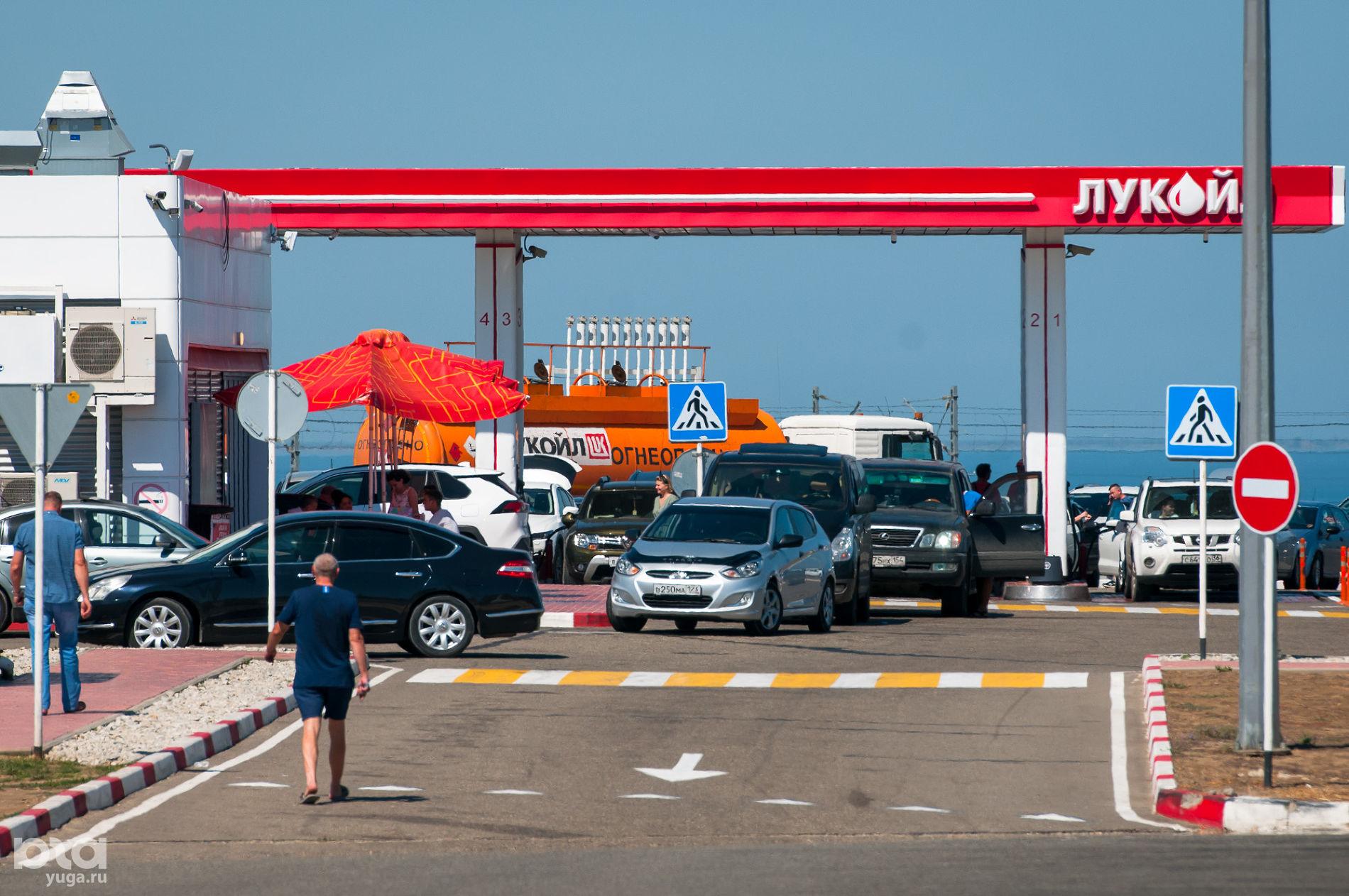 Очередь на заправку перед Крымским мостом ©Фото Елены Синеок, Юга.ру