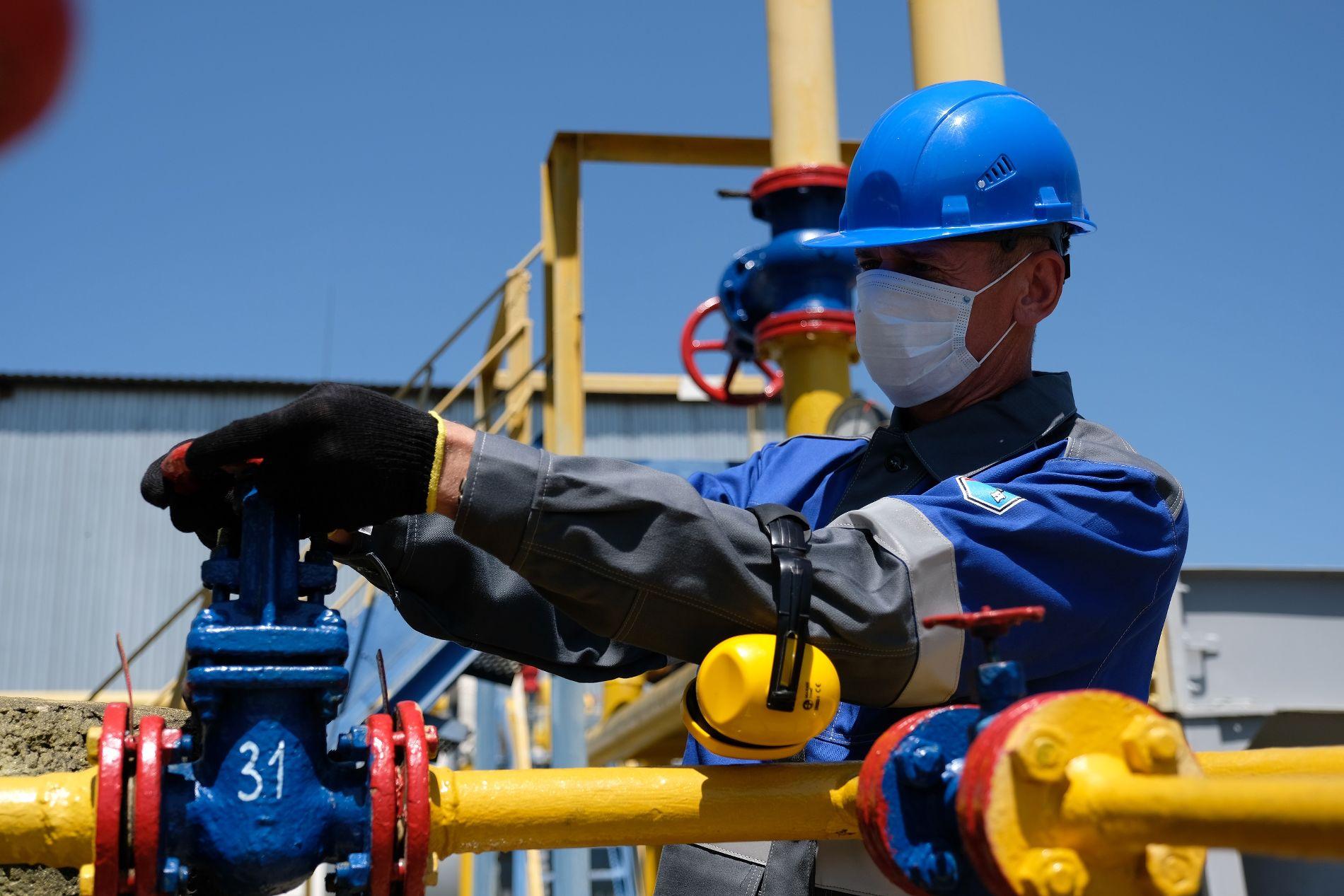 Работники соблюдают все меры предосторожности ©Изображение предоставлено пресс-службой ООО «Газпром добыча Краснодар»