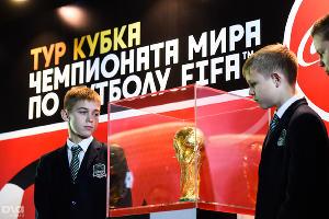 Воспитанники академии «Краснодар» смотрят на Кубок кубок чемпионата мира по футболу. 14 ноября ©Фото Юга.ру