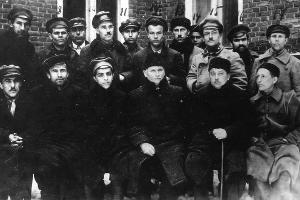 Профессор П. П. Авроров с сотрудниками и студентами во дворе вуза, 1923 год ©Фото предоставлено пресс-службой КубГМУ