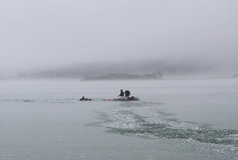 МЧС: Трое рыбаков провалились под лед вКрыму, один изних умер