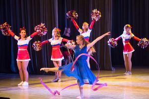 Совместное выступление чирлидерш и эстрадно-цирковой студией «Палитра» ©Фото Елены Синеок, Юга.ру