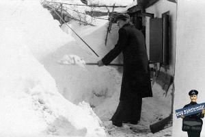 Уборка снега во дворе на Фрунзе, 132. Зима 1954 года ©Фото из архива Педино, myekaterinodar.ru