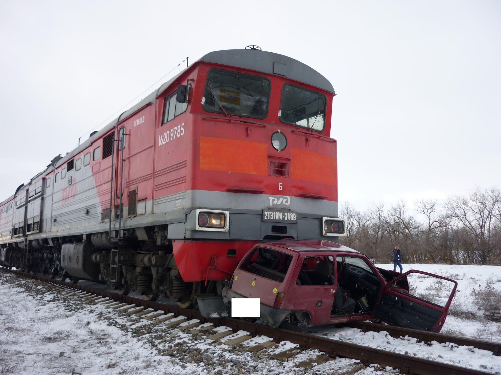 На ж/д переезде вИпатовском районе тепловоз врезался в«Оку»