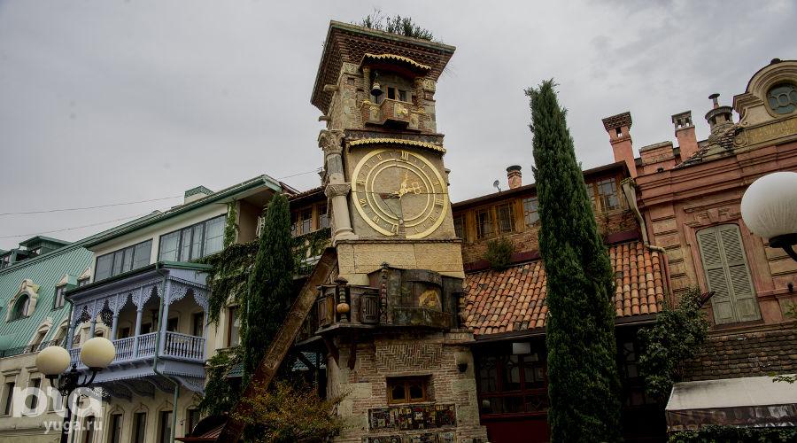 На автомобиле в Грузию. Башня с часами Театра марионеток Резо Габриадзе ©Фото Евгения Мельченко, Юга.ру