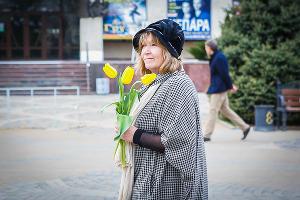 """Игроки футбольного клуба """"Кубань"""" поздравили жительниц Краснодара с 8 марта ©Николай Ильин, ЮГА.ру"""