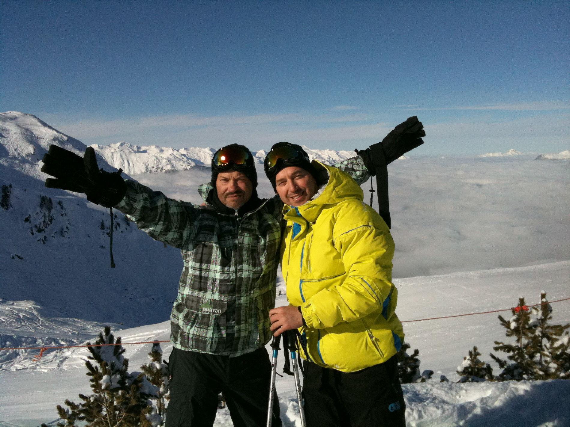 Руслан Байсаров на горнолыжном курорте с Федором Бондарчуком ©Фото из личного архива
