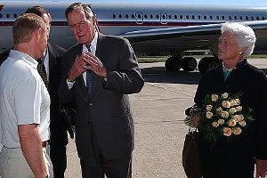 Джордж Буш-старший (в центре) ©Фото пресс-службы Кремля