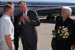 Джордж Буш-старший (в центре)