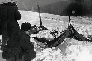 Палатка группы Дятлова, частично раскопанная от снега ©Фото с сайта wikipedia.org