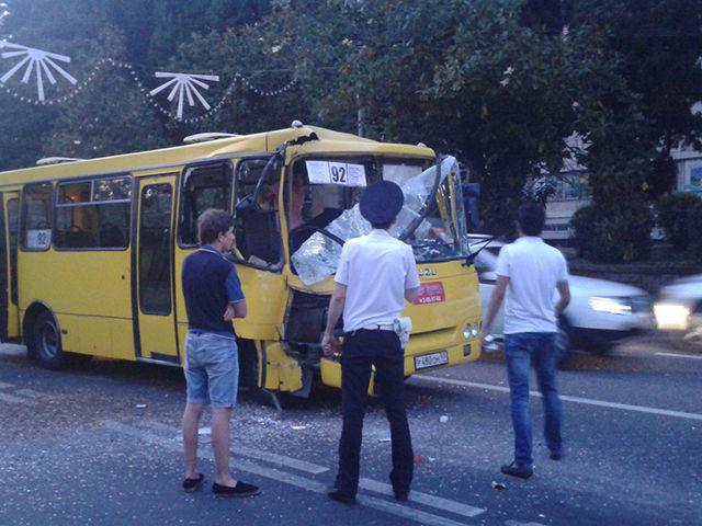 Видео ДТП вСочи: авария 2-х пассажирских автобусов угодила назапись очевидцев