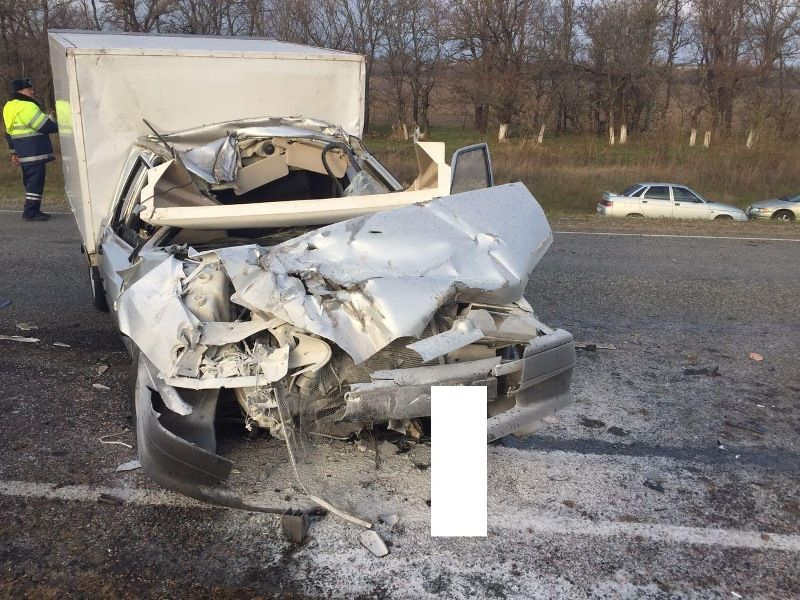 НаСтаврополье столкнулись легковушка, грузовой автомобиль итрактор