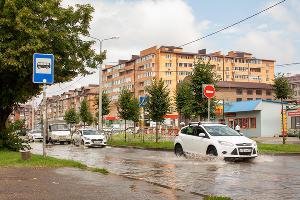Последствия ливня на улице Московской ©Фото Дмитрия Пославского, Юга.ру